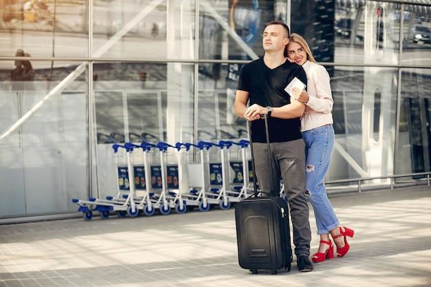 Красивая пара стоит в аэропорту