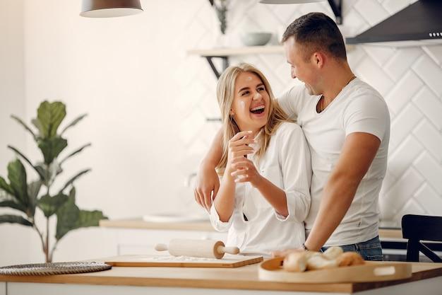 Красивая пара готовит еду на кухне