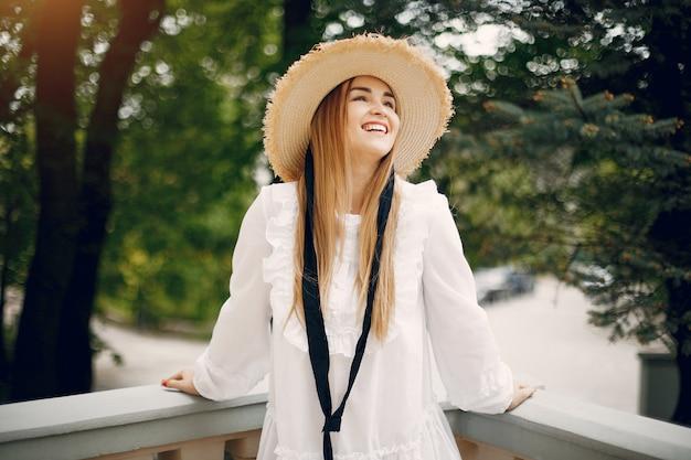 Элегантная девушка в весеннем парке