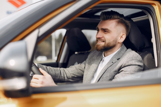 Красивый и элегантный мужчина в салоне автомобиля