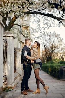 美しいカップルは通りで時間を過ごします