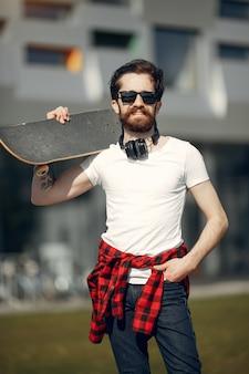 通りでスケートを持つ男