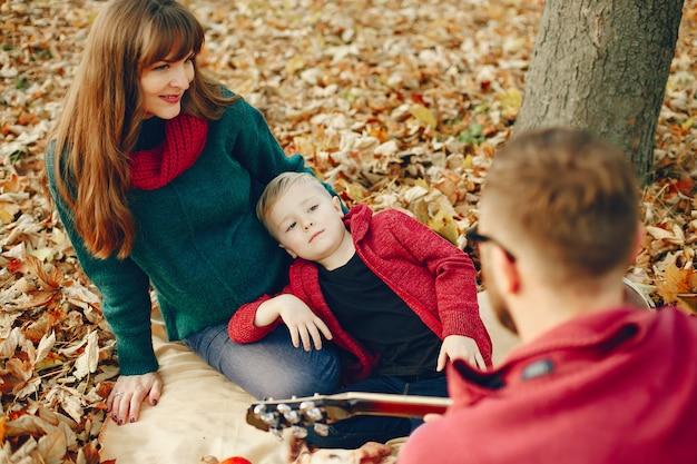 秋の公園で幼い息子を持つ家族