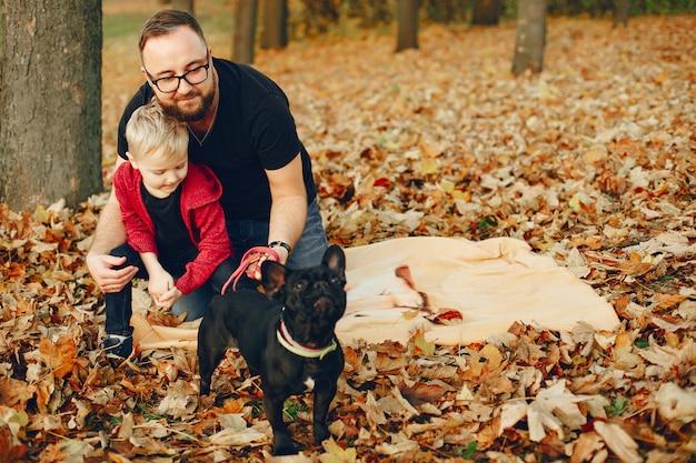 秋の公園で遊ぶかわいい家族