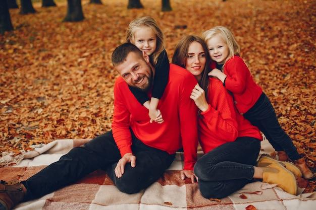 秋の公園でかわいい子供たちと家族