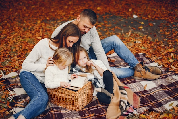 Семья с милыми детьми в осеннем парке