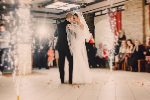 Новобрачные танцы