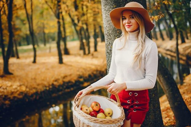 秋の公園で美しい女性