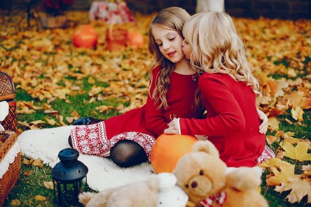 Милая маленькая девочка в осеннем парке