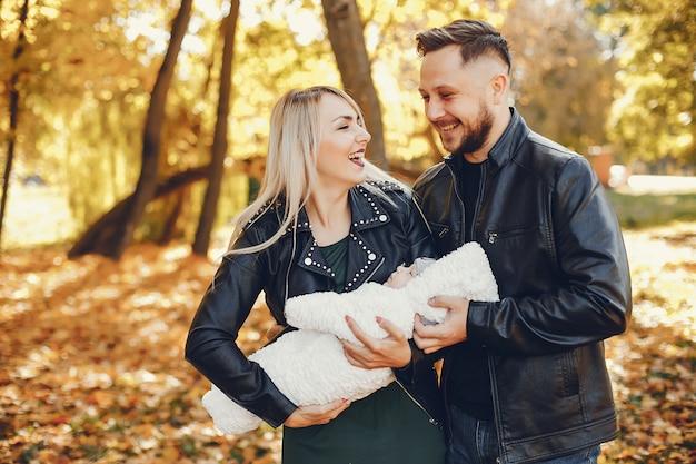 秋の公園で娘と家族