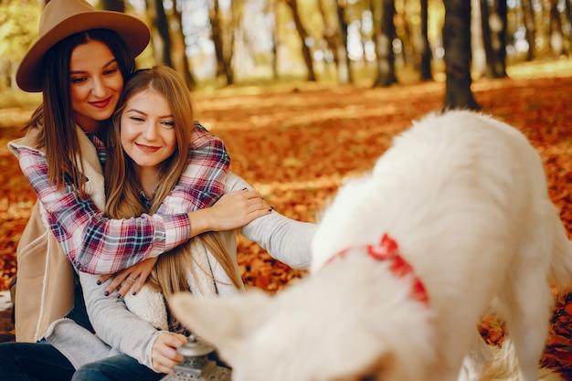Красивые девушки развлекаются в осеннем парке