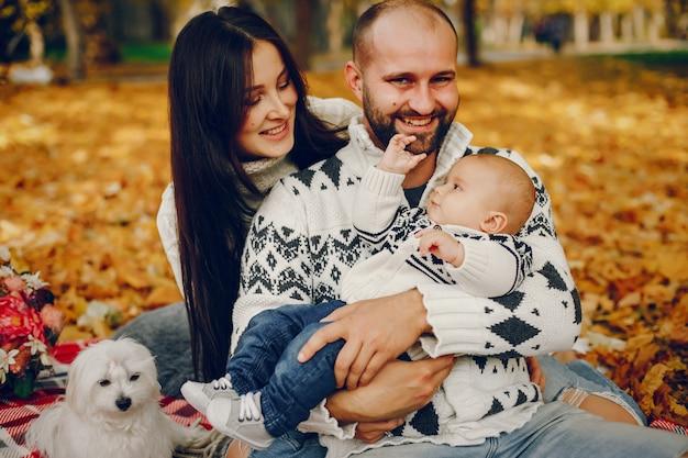 Семья с сыном в осеннем парке