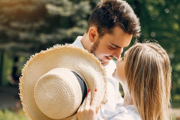 Красивая пара проводит время в летнем парке