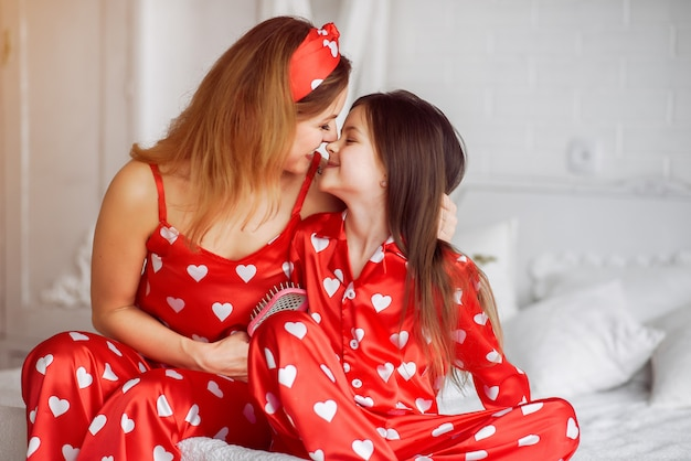 かわいい母と娘自宅パジャマ姿で