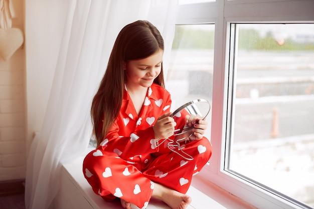 パジャマ姿で自宅でかわいい女の子
