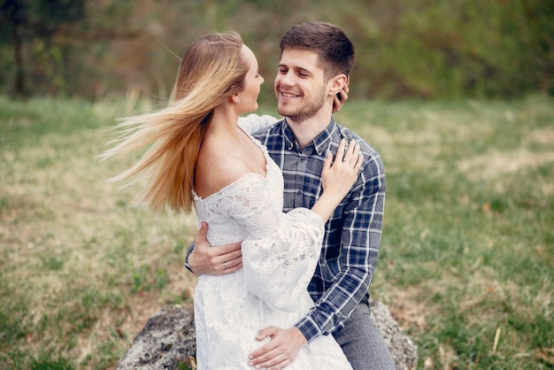 美しいカップルは夏の公園で過ごす