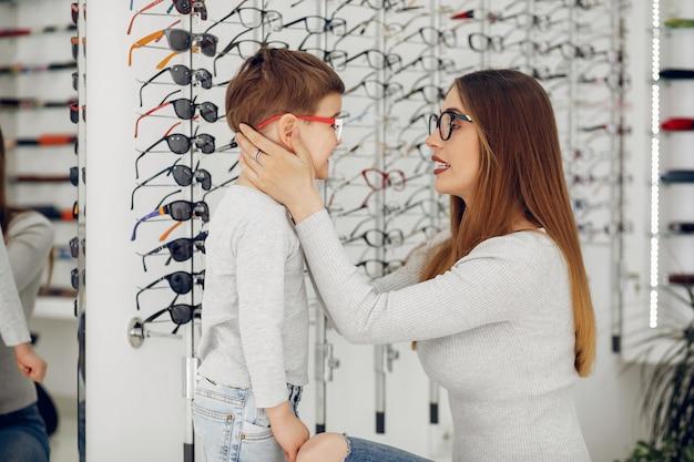 メガネ店で幼い息子を持つ母
