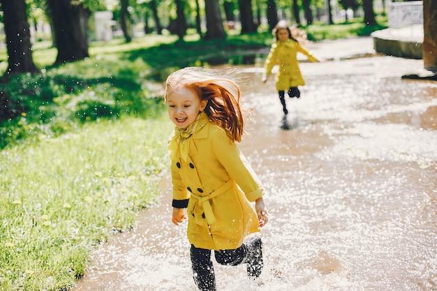 雨の日に遊ぶかわいい子供たち