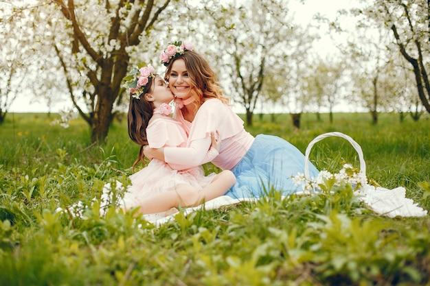 Милая и стильная семья в весеннем парке
