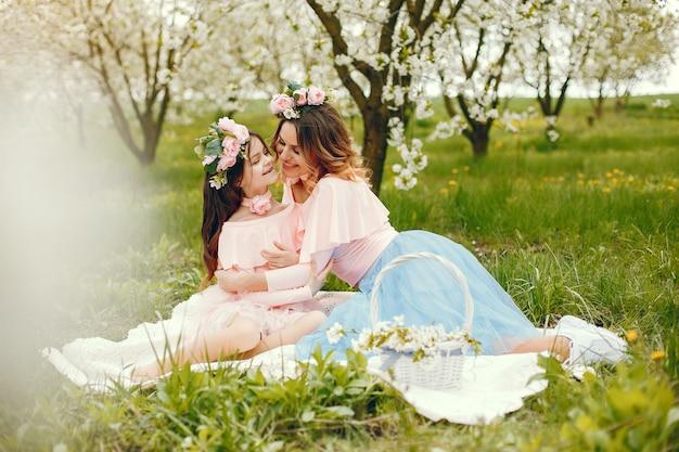 春の公園でかわいい、スタイリッシュな家族