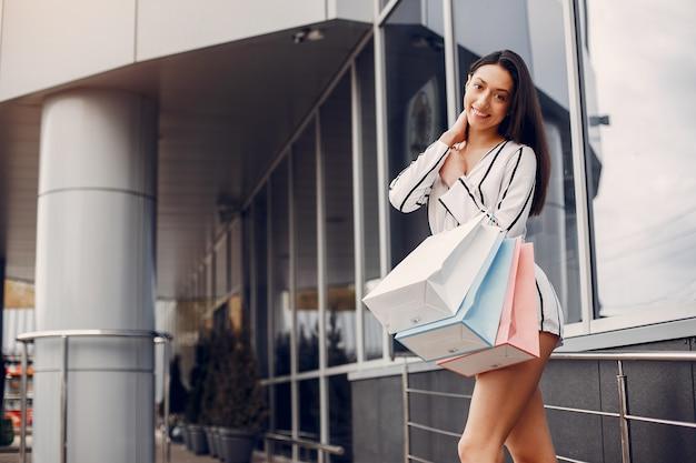 Милая девушка с корзиной в городе
