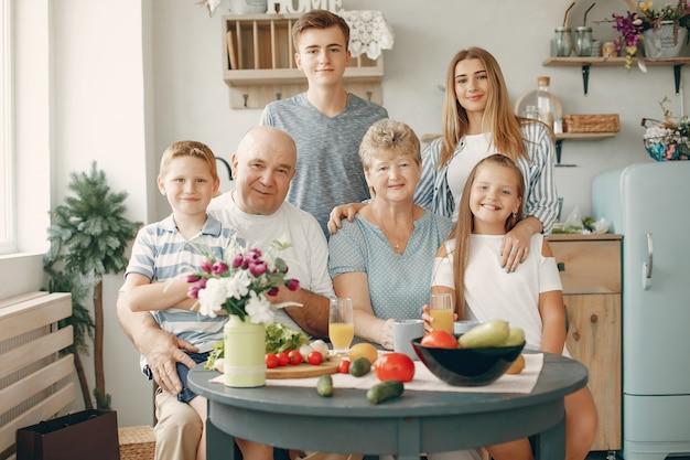 Красивая большая семья готовить еду на кухне