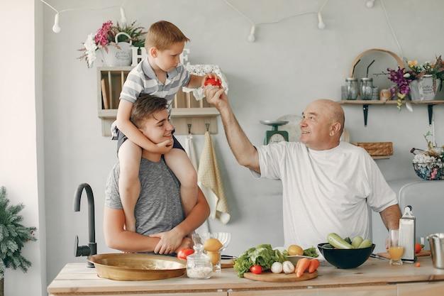 美しい家族がキッチンで食事を準備します
