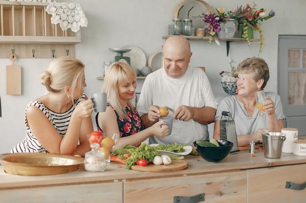 美しい大家族は台所で食事を準備します