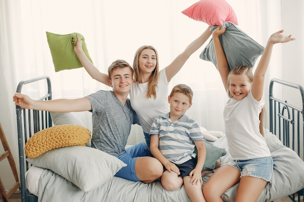 Красивая семья развлекается дома