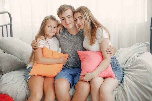 美しい家族が家で楽しい時を過す