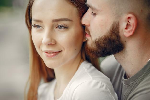 美しいカップルは夏の森で時間を過ごす