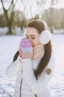 ブルネット魅力的な雪の女の子の女性