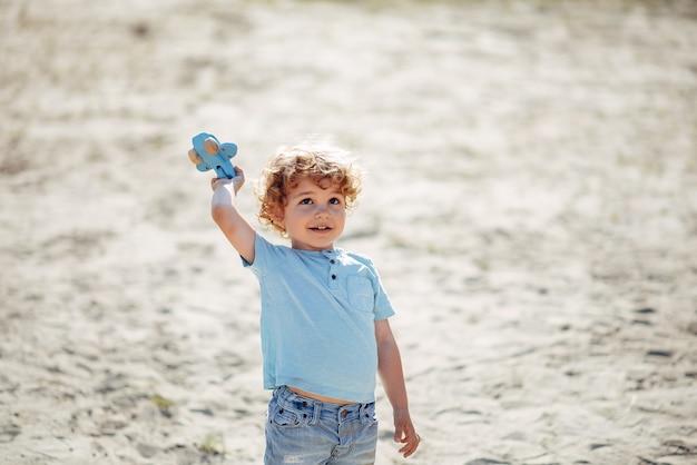 Симпатичные маленькие дети играют на песке