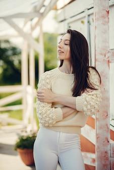 夏の公園に立っているファッションの女の子