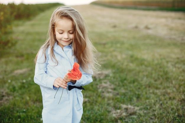 夏の畑でかわいい女の子