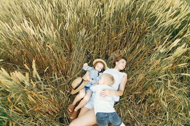 夏の畑で遊んでいる子供を持つ母