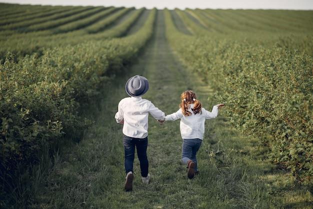 春の野にかわいい小さな子供たち