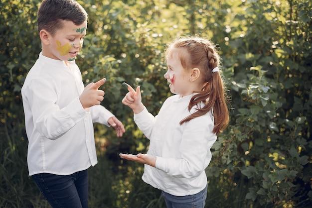 Симпатичные маленькие дети в весеннем поле
