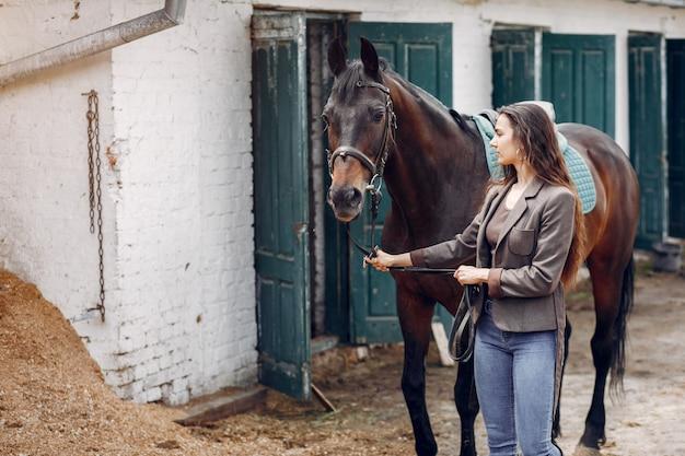 美しい女性は馬と時間を過ごす
