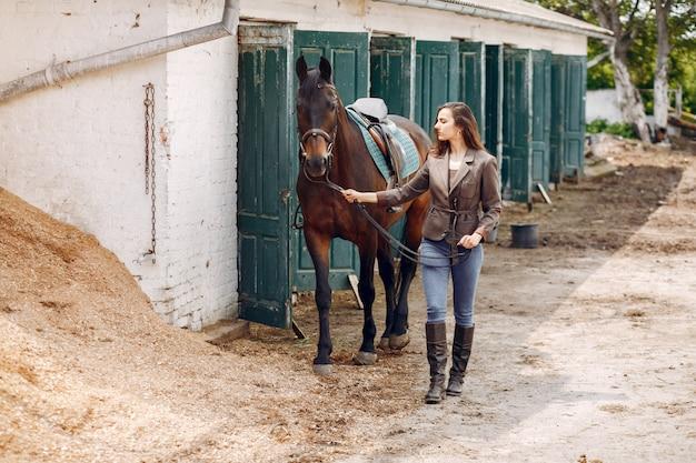 Красивая женщина проводит время с лошадью