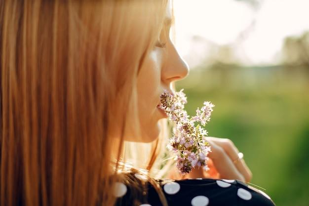夏の庭でエレガントでスタイリッシュな女の子