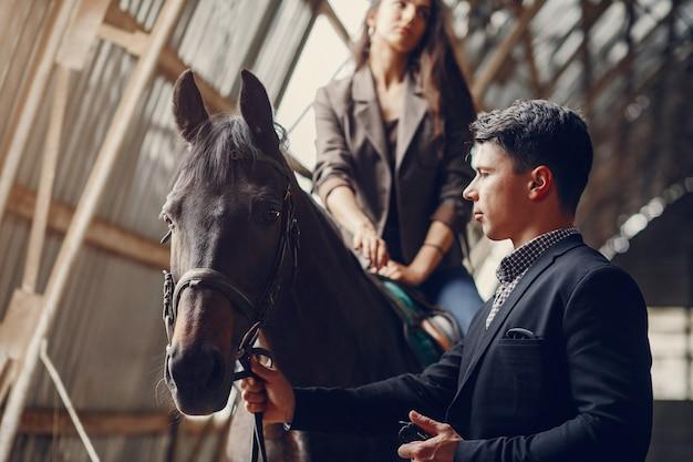 Милая влюбленная пара с лошадью на ранчо