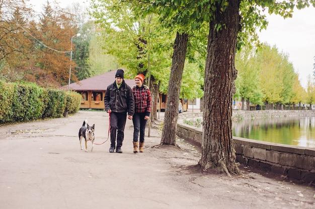 Женщина человек пара парк современный