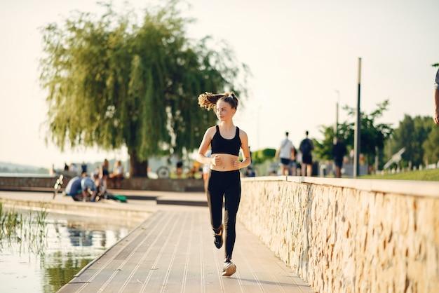 夏の公園の美しいスポーツ少女