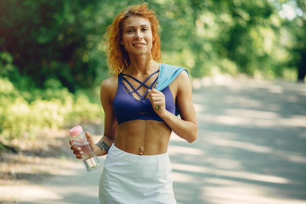 美しい女性の夏の公園でトレーニング