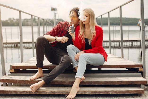 街でアークとスタイリッシュな若いカップル