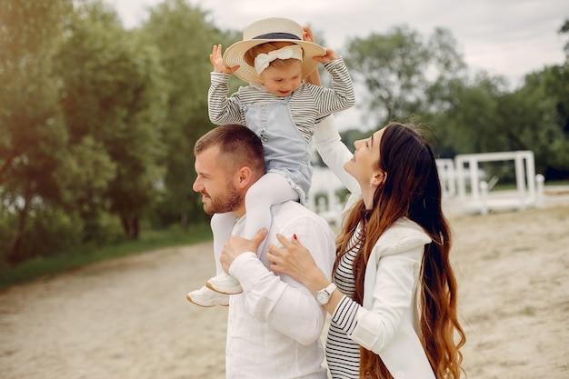 公園で遊ぶ娘と家族