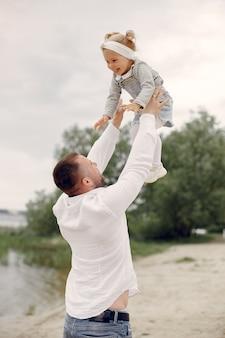 夏の公園で遊ぶ娘と父