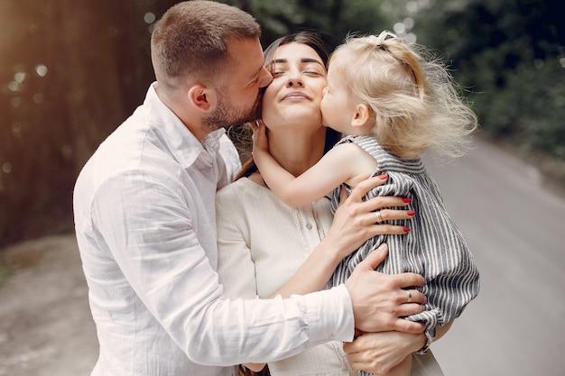 Семья с дочерью, играя в парке