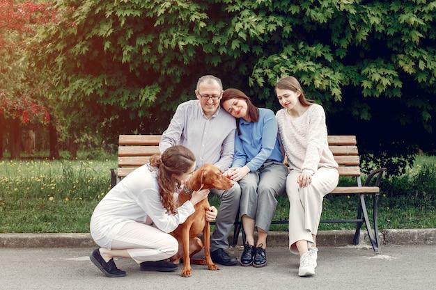 エレガントな家族が夏の公園で時間を過ごす